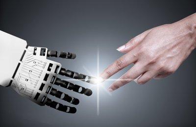 Die Hände von Mensch und Roboter berühren sich